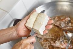 Het toevoegen van tofu Stock Afbeeldingen