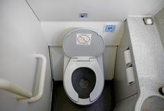 Het Toilet van de vliegtuigbadkamers stock afbeeldingen