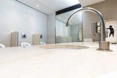 Het toilet van luxe binnenlandse schone mensen Brede hoeknadruk op rond gemaakt t Stock Foto's