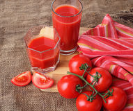 Het tomatesap giet in glazen Royalty-vrije Stock Foto's