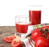 Het tomatesap giet in glazen Stock Foto's