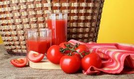 Het tomatesap giet in glazen Stock Foto