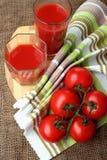 Het tomatesap giet in glazen Stock Afbeelding