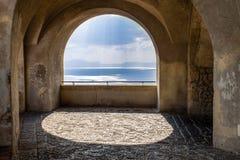 Het toneelbalkon die van de rotsboog de Middellandse Zee overzien stock foto's