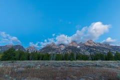 Het toneellandschap van de Dalingszonsopgang in Tetons stock foto
