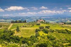 Het toneellandschap van Toscanië met rollende heuvels en valleien stock foto