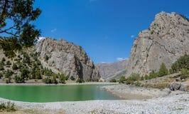 Het toneelpanorama van het kristalmeer in Ventilatorbergen in Pamir, Tadzjikistan stock afbeelding
