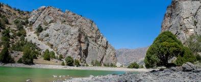 Het toneelpanorama van het kristalmeer in Ventilatorbergen in Pamir, Tadzjikistan stock fotografie