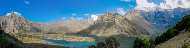 Het toneelpanorama van het kristalmeer in Ventilatorbergen in Pamir, Tadzjikistan royalty-vrije stock afbeeldingen