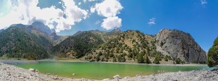 Het toneelpanorama van het kristalmeer in Ventilatorbergen in Pamir, Tadzjikistan stock foto's