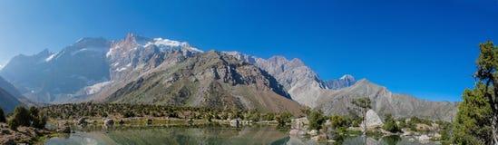 Het toneelpanorama van het kristalmeer in Ventilatorbergen in Pamir, Tadzjikistan stock afbeeldingen