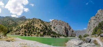 Het toneelpanorama van het kristalmeer in Ventilatorbergen in Pamir, Tadzjikistan stock foto