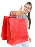 Het tonen beduimelt omhoog vrouwenhand met het winkelen zakken Royalty-vrije Stock Foto