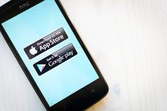 Het tonen van app opslag en google speelt op het scherm van htcsmartphone Stock Afbeeldingen