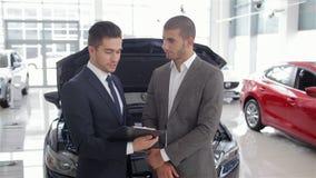 Het tonen van de voordelen van de auto stock footage