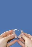 Het tonen van een hartvorm van hoorapparaten Stock Foto