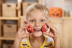 Het tonen van grappige koekjes Royalty-vrije Stock Foto's
