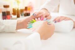 Het tonen van kleurrijk poetsmiddel om het resultaat te controleren royalty-vrije stock fotografie