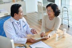 Het tonen van Testresultaten aan Patiënt stock foto's
