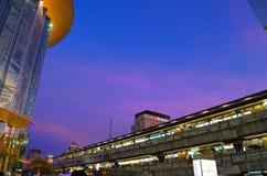 Het toonbeeld van het park en skytrain stock afbeeldingen