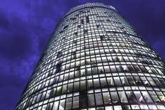 Het torenhoge bereik van de bouwvensters aan hemel Stock Foto