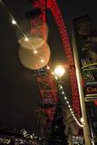 Het torenhoge Oog van Londen met Feestelijke Lichten Royalty-vrije Stock Fotografie