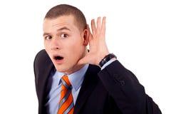 Het tot een kom vormen van de mens hand achter oor Stock Foto