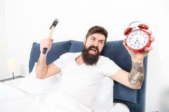 Het is totaal normaal om uw alarmgeluid te haten Verachtelijk programma Beste wekkers voor mensen die ochtenden haten Mens stock foto's