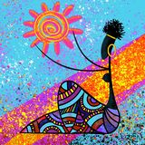 Het traditionele Afrikaanse mooie zwarte meisje houdt het zon digitale het schilderen kunstwerk op blauwe illustratie als achterg royalty-vrije illustratie