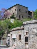 Het traditionele antieke die huis van de manorsteen door het lagere deel in het Roman platteland wordt gezien om op te springen I Stock Foto