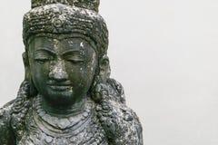 Het traditionele beeldhouwwerk van de het eilandsteen van Bali van vrouw op witte muurachtergrond royalty-vrije stock afbeeldingen