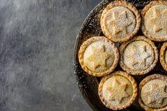 Het traditionele Britse Gebakken het Desserthuis van het Kerstmisgebakje hakt Pastei met Apple-Gepoederde Rozijnennoten Gouden fi Royalty-vrije Stock Afbeeldingen