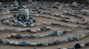 Het traditionele die labyrint van het natuursteenlabyrint maakte voor overpeinzing en verering, met rotsen in schaduwen van blauw royalty-vrije stock fotografie