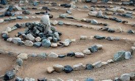 Het traditionele die labyrint van het natuursteenlabyrint maakte voor overpeinzing en verering, met rotsen in schaduwen van blauw royalty-vrije stock afbeeldingen