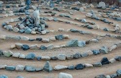 Het traditionele die labyrint van het natuursteenlabyrint maakte voor overpeinzing en verering, met rotsen in schaduwen van blauw stock fotografie