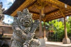 Het traditionele die standbeeld van het wachtdemon in donkere steen wordt gesneden Stock Fotografie