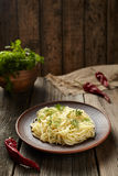 Het traditionele gekookte Italiaanse voedsel van spaghettideegwaren in kleischotel Royalty-vrije Stock Fotografie