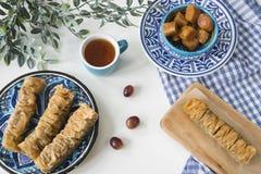 Het traditionele Griekse voedsel, vlakke snack, legt met plaat baklava-3 stock afbeeldingen