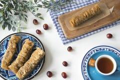 Het traditionele Griekse voedsel, vlakke snack, legt met plaatbaklava stock afbeeldingen