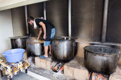 Het traditionele Griekse voedsel wordt voorbereid op het grote jaarlijkse festival Stock Afbeeldingen