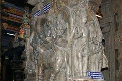 Het traditionele Hindoese godsdienstbeeldhouwwerk Binnen van Meenakshi hallo Royalty-vrije Stock Afbeeldingen