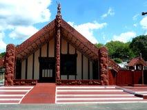 Traditioneel houten maorihuis gesneden met decoratie nieuw zeeland