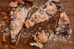 Het traditionele Italiaanse dessert van cakesbriolata met de cacao witte suiker van amandelenokkernoten royalty-vrije stock afbeeldingen