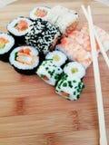 Het traditionele Japanse voedsel maakt met ruwe vissen Maki en broodjes met tonijn stock fotografie
