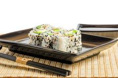 Het traditionele Japanse voedsel wordt prachtig gediend in een zwarte dishe Royalty-vrije Stock Fotografie