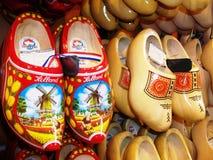 Het traditionele Nederlands belemmert - houten schoenen, in één van de winkel van de Herinneringsgift, Holland, Nederland royalty-vrije stock foto's