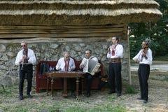 Het traditionele Oekraïense ensemble van klerenmensen met authentieke muzikale instrumenten stock fotografie