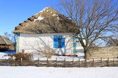 Het traditionele Oekraïense huis met met stro bedekt dak stock foto's