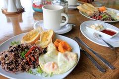 Het traditionele ontbijt van Gallo Pinto met eieren, Costa Rica stock afbeeldingen