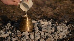 Het traditionele proces kookt Turkse koffie op steenkolen stock video